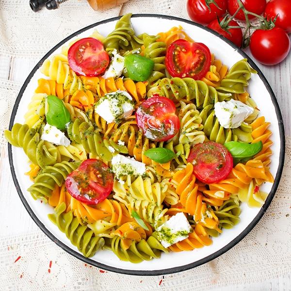 Salade de pâtes au basilic et à la tomate